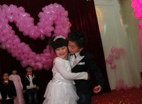 В Китае воспитатели … поженили детей!