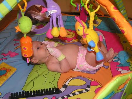 Детский развивающий коврик должен быть такого размера, чтобы он мог с легкостью поместиться в гостиной, детской или спальне