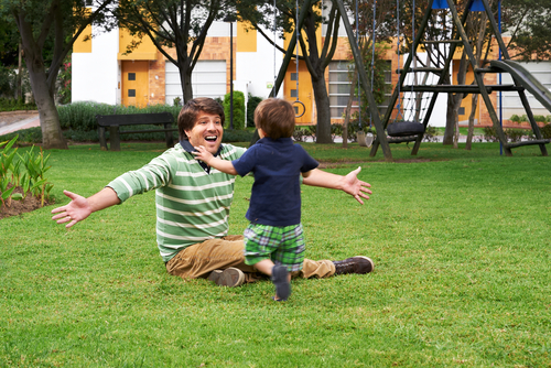 Шуточные игры вызывают улыбку малыша