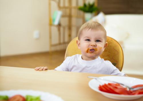 Убери скатерть со стола: малыш не сможет ее стащить