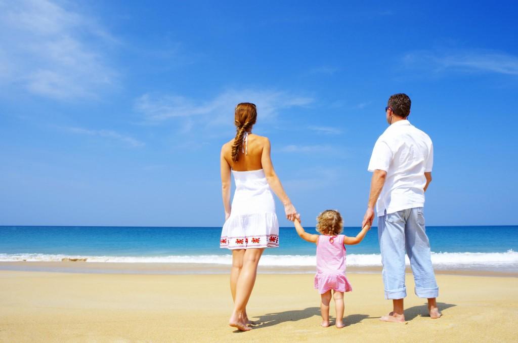 Ребенок с родителями на море