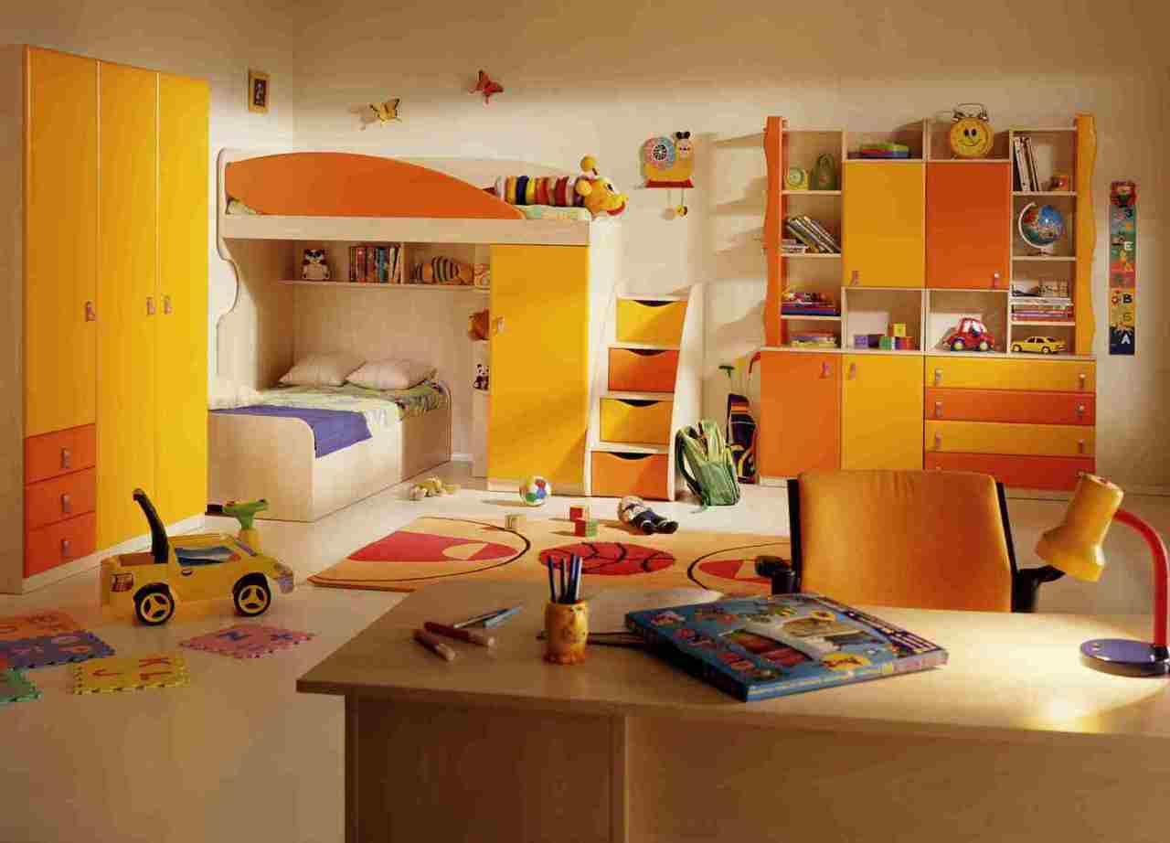 Папа готовит комнату для ребенка