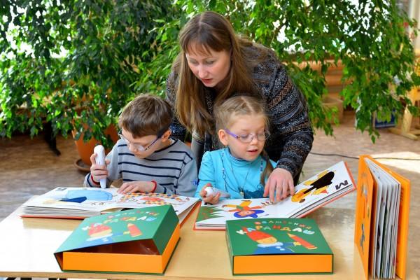 Дети-инвалиды учатся… без книг