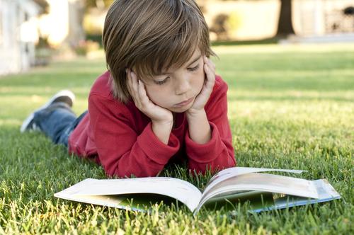 Малыш может самостоятельно выбрать книгу