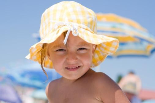 Ребенок обязательно должен быть на пляже в панамке!