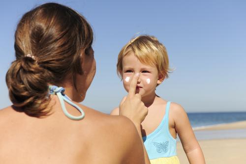 Может ли защитить ребенка солнцезащитный крем?