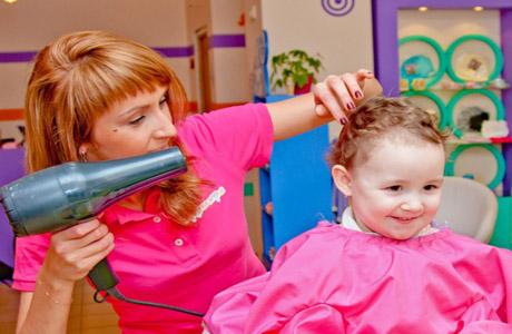 Фен для сушки волос малыша - ни в коем случае нельзя использовать! Это может привести к сухости волос и даже к ожогам!
