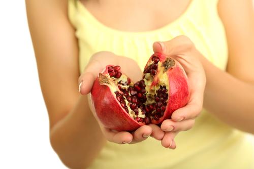 А если ты не знаешь, как есть этот плод, просто разломай его пополам