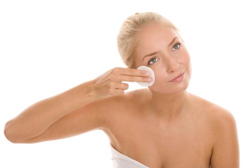 Очищение лица от косметики перед сном – необходимая процедура