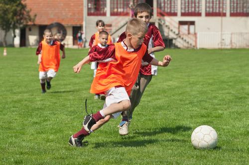 Чтобы не было недостатка витамина D, дети должны достаточно гулять на свежем воздухе