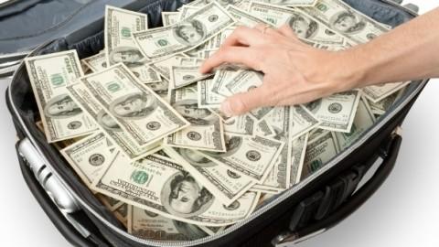 Вот это щедрость: девочка пришла в школу с рюкзаком денег и раздала их одноклассникам