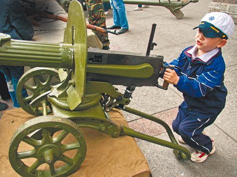 Эксперты уверены: мальчику нужны военные игрушки