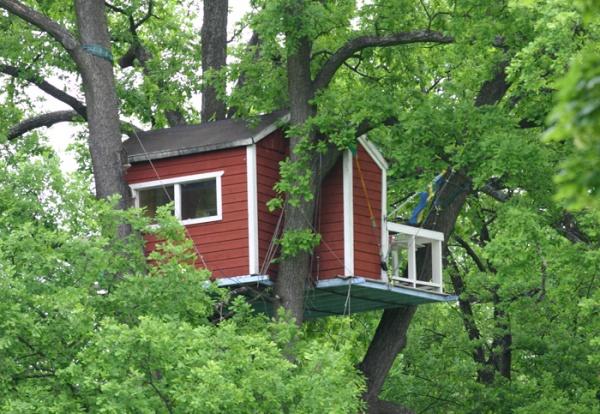 Дед соорудил внучке место для игр на 15-ти метровой высоте
