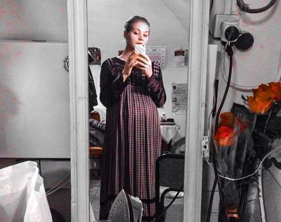 Беременная Кристина Асмус выступает в театре и игнорирует суд