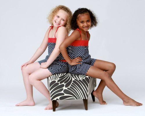Чудеса генетики: у двух близняшек - разный цвет кожи