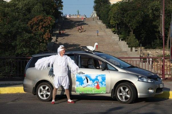 Оригинальное такси для рожениц: В Одессе из родильного дома забирает аист