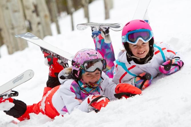В зимнем лагере ФРИСТАЙЛ детей обучают навыкам горнолыжного спорта