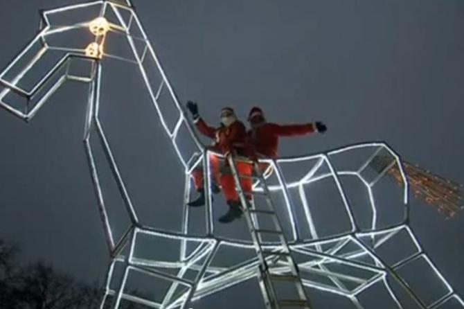 В Германии создали восьмиметровую лошадку-качалку