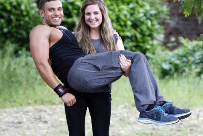 Девочка поднимает мужчин по 100 килограмм