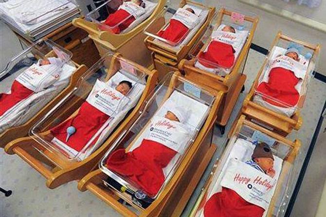 Крошки в сапожки: В Калифорнии новорожденных упаковали в рождественские сапоги