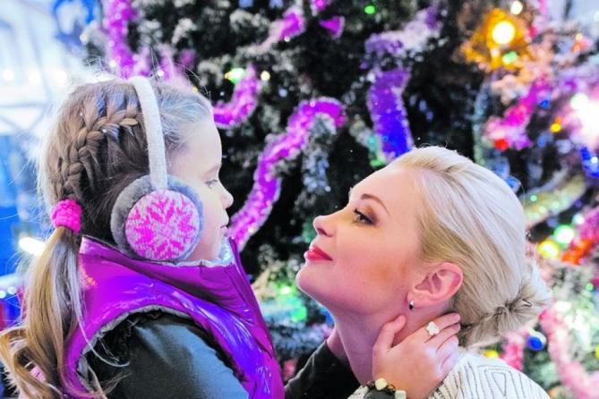 Украшения из печенья: Телеведущая Таран с дочкой украсят елку вкусными игрушками