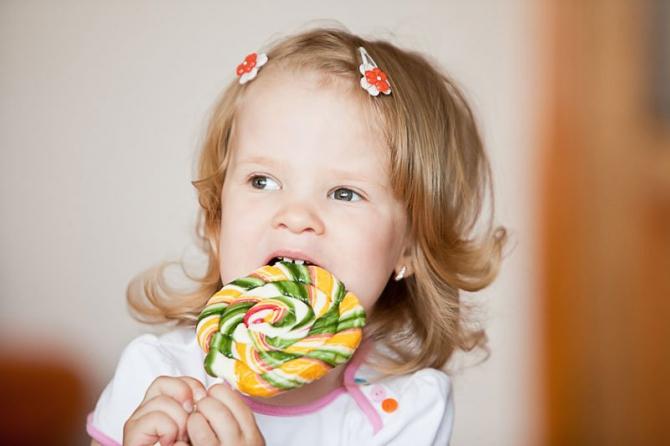 Новогодние правила: Медики запрещают дарить деткам конфеты
