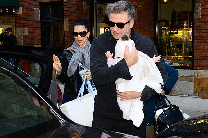 Маленькую дочку Алека Болдуина перед самолетом обыскали службы безопасности