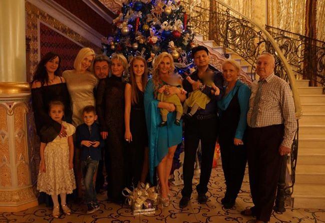 Камалия показала детей на праздничной фотографии