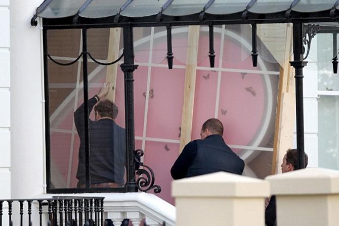 Рабочие заносят дорогую картину в дом Бэкхемов