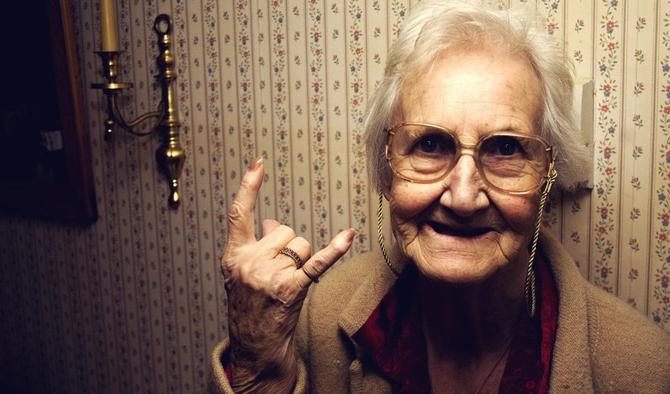 Впала в детство на старости лет: У почти столетней бабули выросли молочные зубы