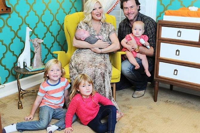 Муж обедневшей Тори Спеллинг оставил ее одну с четырьмя детьми