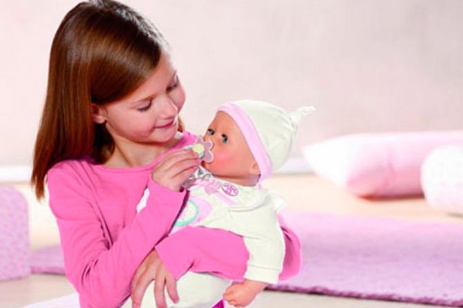 Дети ожидают выпуска куклы-нехочухи