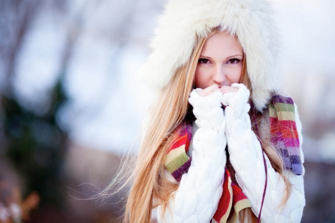 Не пренебрегай теплым свободным пуховиком, шапкой и удобной теплой обувью.