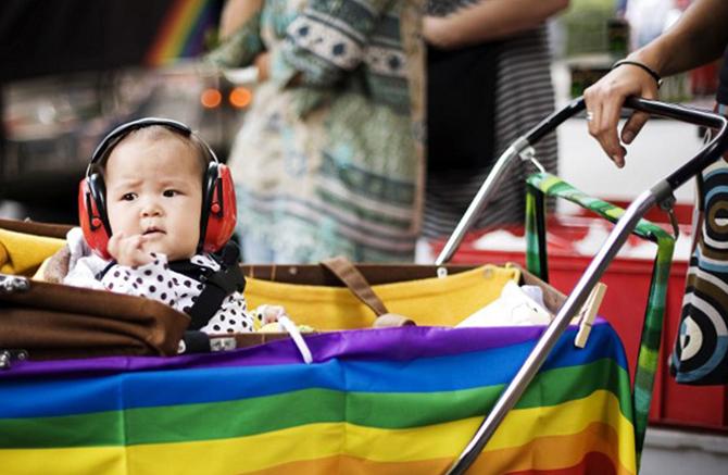 Иностранным парам геев и лесбиянок запретили усыновлять российских детей