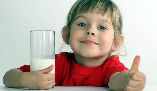 Новые данные ученых: Дети должны пить по 500 грамм молока ежедневно