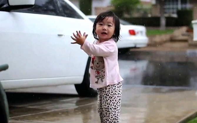 Детские эмоции: Ребенок трогательно радуется дождю