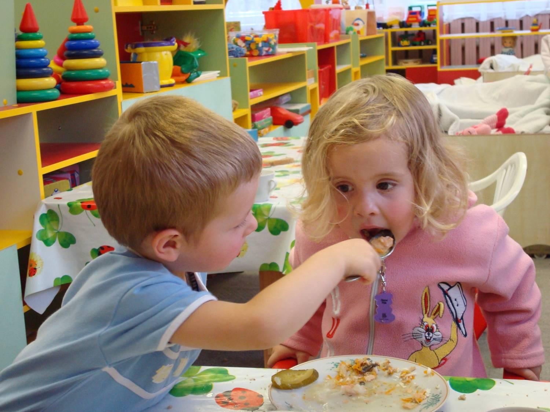 В Минобразования пообещали не повышать цену на питание в детских садах