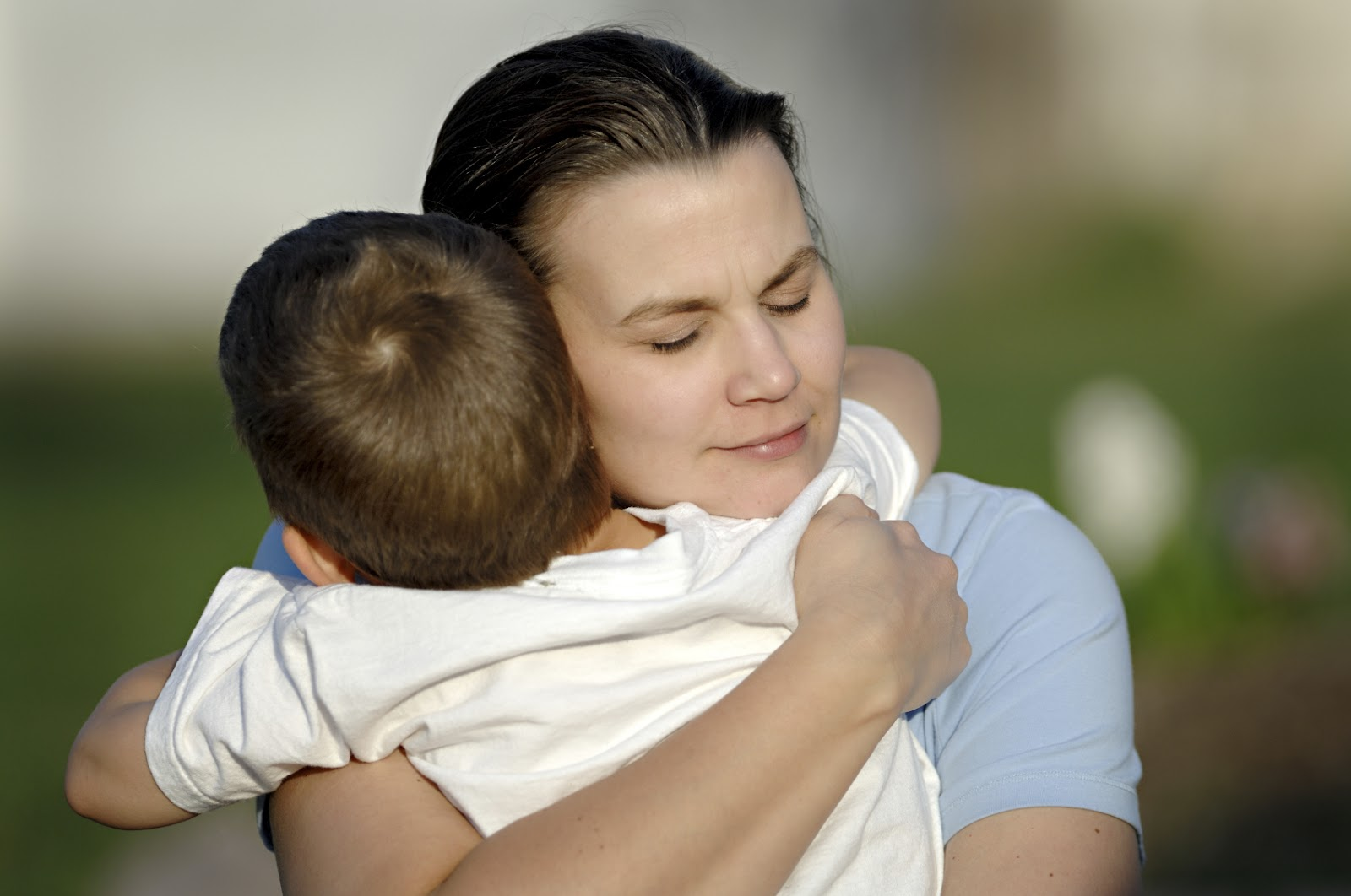 Ребёнок обнимает маму