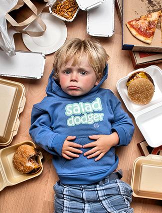 Картинки по запросу детия едят фаст фуд