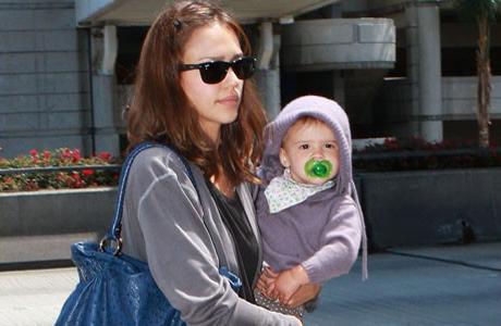 Джессика Альба с первой дочкой