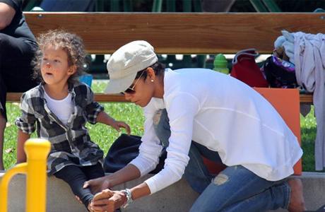 Холли Берри постоянно занимается со своей малышкой