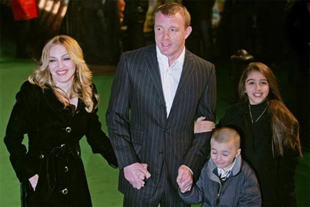 Мадонна с мужем и детьми