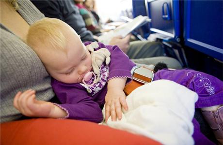 С малышом в самолете