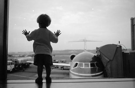 Малыш от года до трех в аэропорту