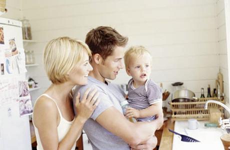 Годовалый ребенок с родителями