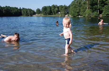 Попробуй приучить его к купанию через игры