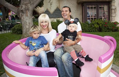 Счастливые супруги и их дети