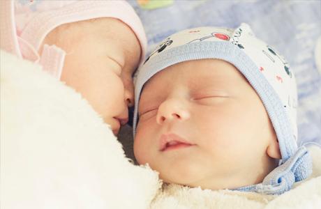 Не спеши сразу покупать малышам отдельные кроватки