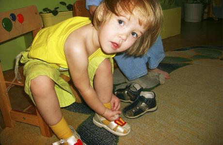 Справиться с различными завязками и шнуровками малышу еще сложно