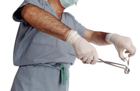 Его ведут на прием к хирургу